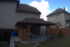 Altán s jehlanovou střechou
