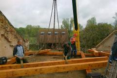 Montáž nové střešní konstrukce v Chlumci nad Cdlinou